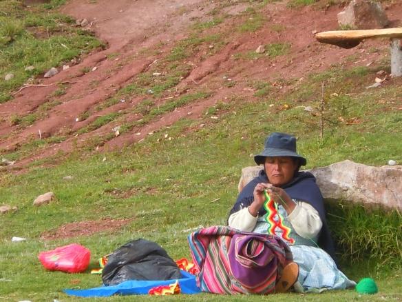 Cholita fazendo artesanato em Copacabana, Bolívia