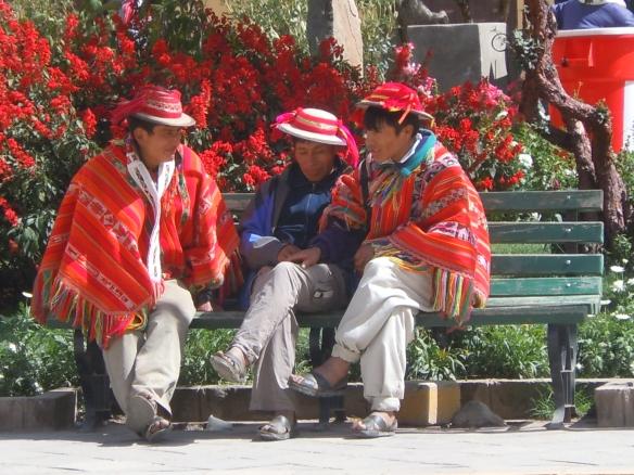 Cholos na Praça de Ollantaytambo, Peru